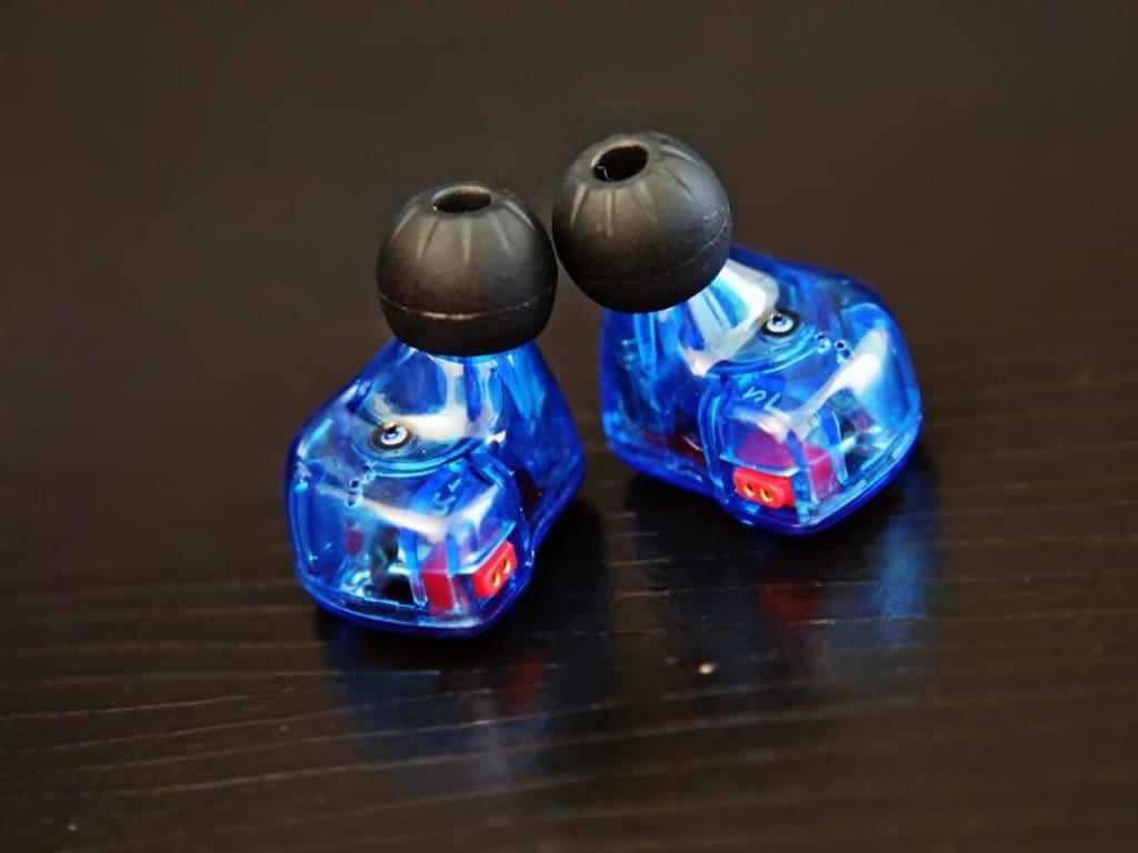 Foto do fone de ouvido KZ ZS10 - Modelo na cor azul