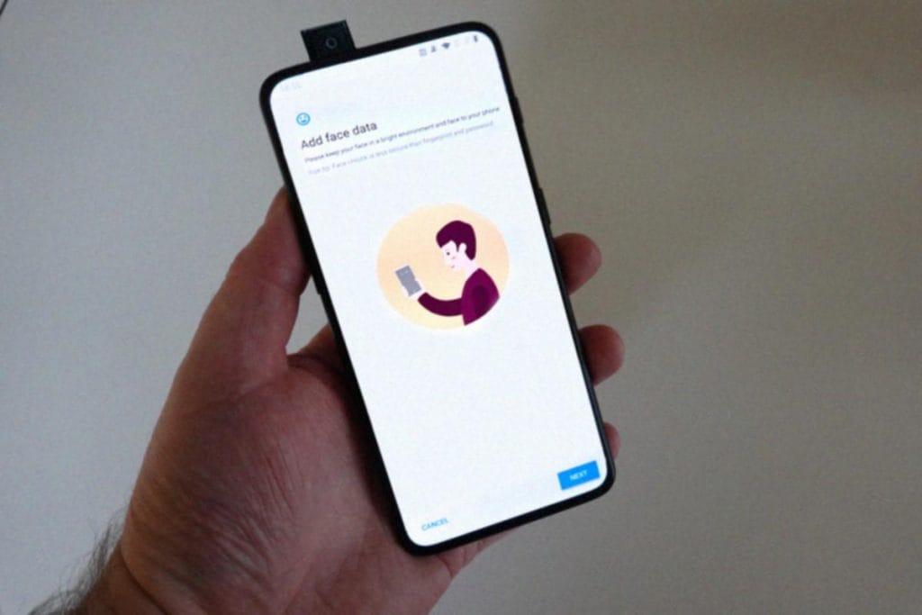 Foto do suposto OnePlus 7 em uma mão.