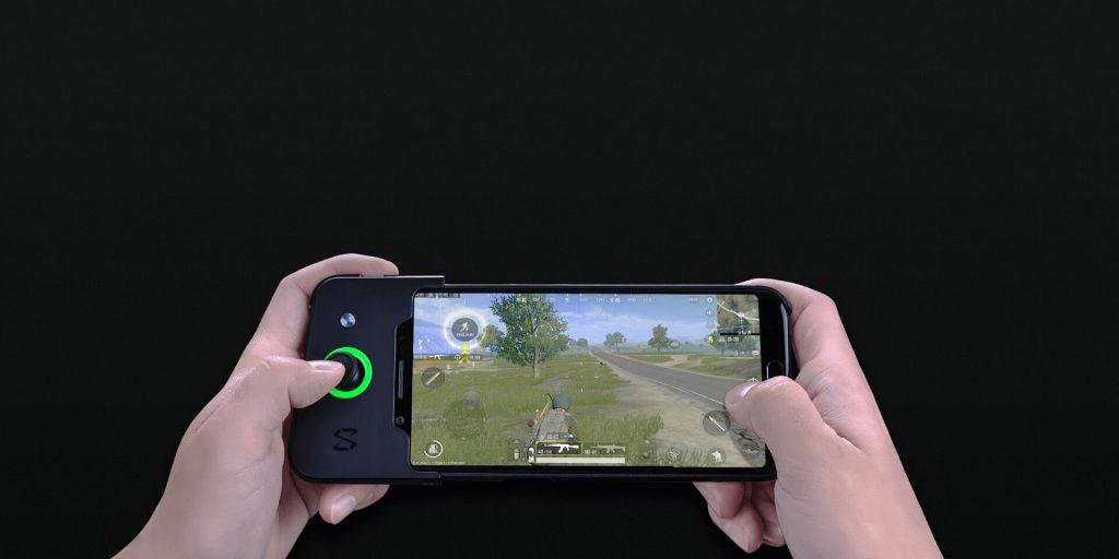 Pessoa jogando PUBG Mobile pelo Xiaomi Blackshark